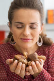 Young housewife holding fresh shiitake mushrooms Royalty Free Stock Photos