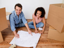Young interracial couple ready for home relocation Royalty Free Stock Images