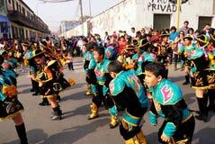 /Young Jungen im September 2013 und Mädchen Lima Perus /8th führen tradit durch lizenzfreies stockbild