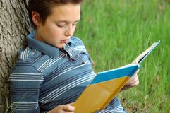Young kid reading Royalty Free Stock Photography