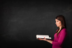 Young lady reading a book Royalty Free Stock Photography