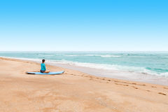 Young lady surfer waiting at a seashore for a big waves to come Stock Photography