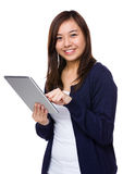 Young lady use of tablet pc Royalty Free Stock Photography