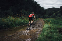 The young man cycling on mountain bike ride Cross-country Royalty Free Stock Photos