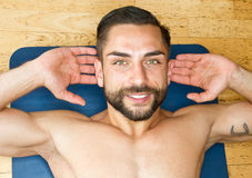 Young man doing abdominal crunches in gym Royalty Free Stock Photos