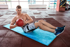 Young man doing exercises at the gym Royalty Free Stock Photos