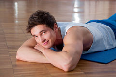 Young man doing sit ups in the fitness studio Royalty Free Stock Photos