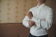 The young man dresses cuff links on a shirt 2258. Royalty Free Stock Photos