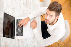 Young man with a laptop computer Royalty Free Stock Photos