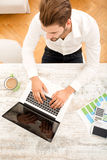 Young man with a laptop computer Royalty Free Stock Photography