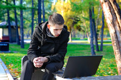 Young Man with Laptop outdoor Royalty Free Stock Photos