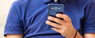 Man looking at his smart phone Royalty Free Stock Images