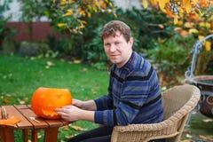 Young man making halloween pumpkin Royalty Free Stock Photography
