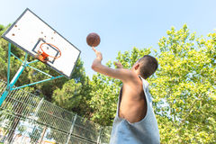 Young man playing basketball Stock Photography