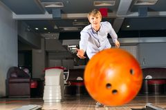 Young man playing bowling Royalty Free Stock Photos