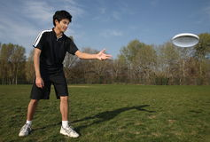 Young man playing frisbee Stock Photography