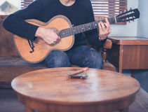 Young man playing guitar at home Royalty Free Stock Photography