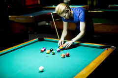 Young man playing snooker Royalty Free Stock Photos