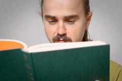 Young man reading book Royalty Free Stock Photos