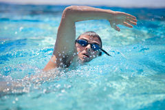 Young man swimming the front crawl/freestyle Royalty Free Stock Photos