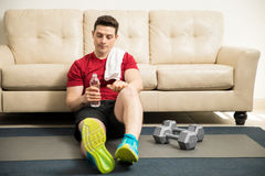 Young man taking a break from exercising Royalty Free Stock Photos
