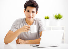 Young man using laptop in living room Royalty Free Stock Photos