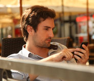 Young man using smart phone Royalty Free Stock Photography