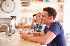 Young man using tablet computer in a cafe Royalty Free Stock Photography