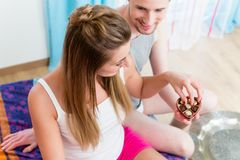 Young man gives his girlfriend chocolate candy for Valentines da Stock Photography