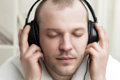 Young men listen music in headphones Royalty Free Stock Photos