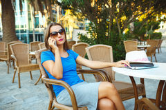 Young modern business woman talking on the phone in a cafe Royalty Free Stock Photography