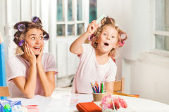 The young mother and her little daughter drawing with pencils at home Royalty Free Stock Photos