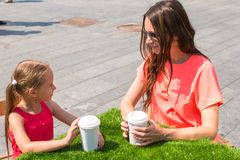 Young mother and her little girl at outdoor cafe Royalty Free Stock Photos