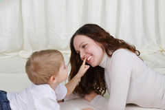 Young mother and her son spend time together Royalty Free Stock Photos