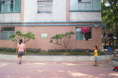 A young mother and son play badminton. Shenzhen baoan haihua park, over the weekend, a young mother and son play badminton. In China Stock Photos