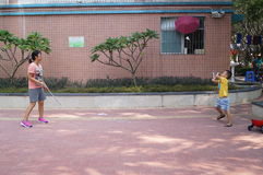 A young mother and son play badminton. Shenzhen baoan haihua park, over the weekend, a young mother and son play badminton. In China Stock Photo