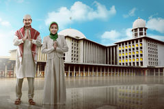 Young muslim couple smiling Royalty Free Stock Photos