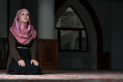 Young Muslim Women Praying In Mosque Royalty Free Stock Images