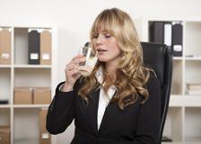 Young office worker enjoying a glass of water Royalty Free Stock Photos