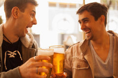 Young people drinking beer outdoors Royalty Free Stock Images
