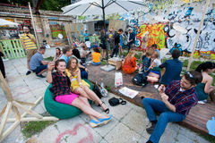 Young people drinks cocktails at outdoor bar Stock Photos