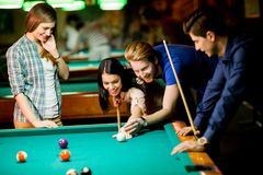 Young people playing pool Royalty Free Stock Photography