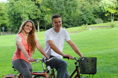 Young people with their bikes in a park Royalty Free Stock Photos