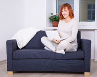 Young pregnant woman using laptop at home Royalty Free Stock Photos