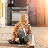 Young pretty fashionable blonde woman dressed in ripped jeans Stock Photography