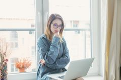 Young self-employed woman with laptop Royalty Free Stock Photos