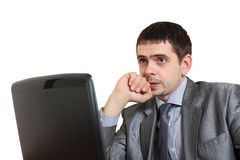 Young serious businessman in front of the laptop Royalty Free Stock Photos