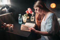 Young sick woman reading book at the hospital Royalty Free Stock Photography
