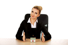 Young smile businesswoman presenting a model house Royalty Free Stock Photography