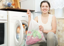 Smiling housewife with laundry bag Royalty Free Stock Photography